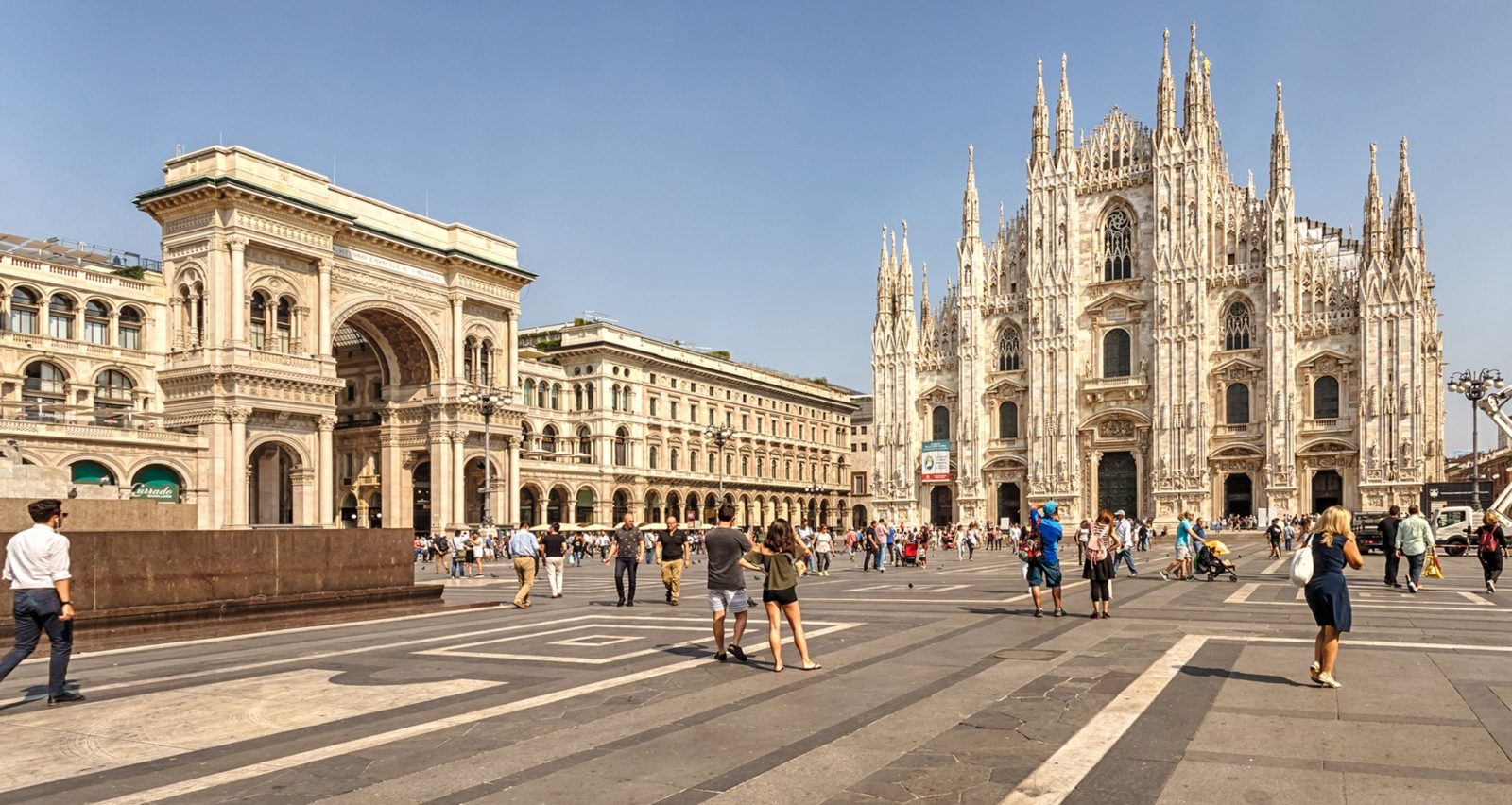 Piazza del Duomo di Milano in estate