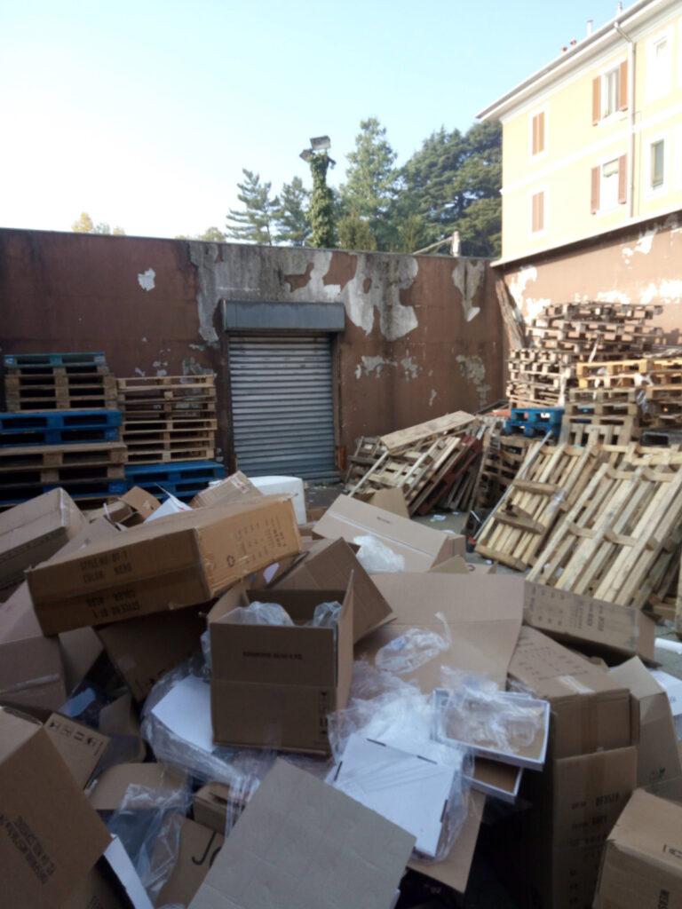 rifiuti accatastati Castellanza