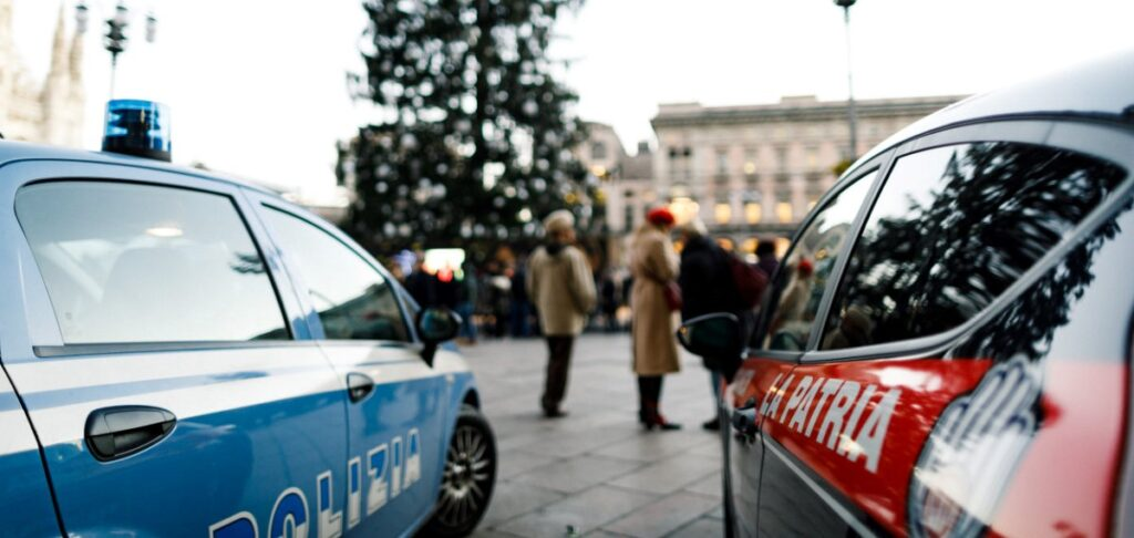 pattuglia la patria pattuglia polizia in piazza del duomo a milano natale 2017