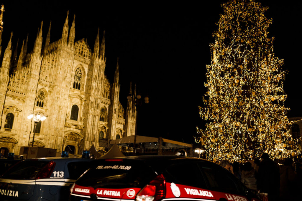 pattuglia piazza del duomo milano natale 2017 notturna